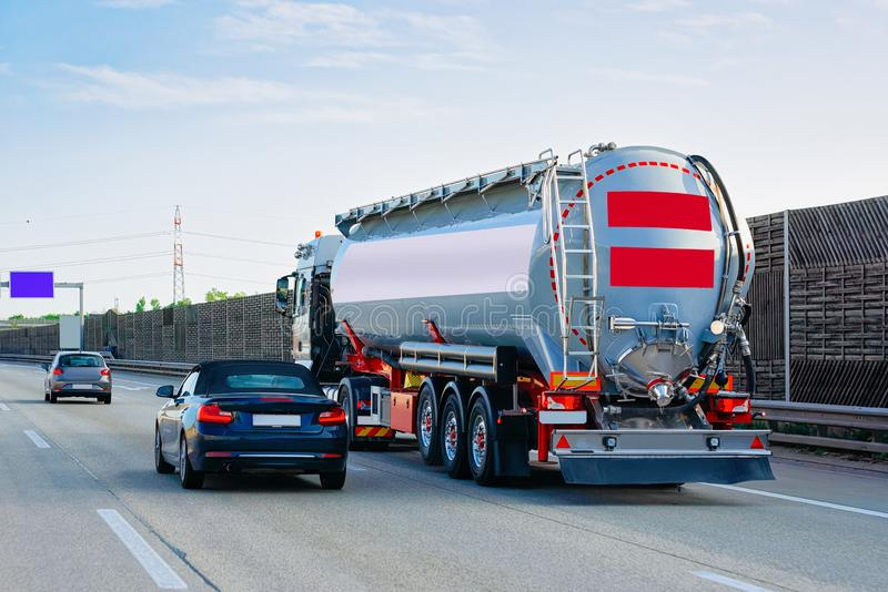 Lastbilcistern på vägen Österrike arkivbild