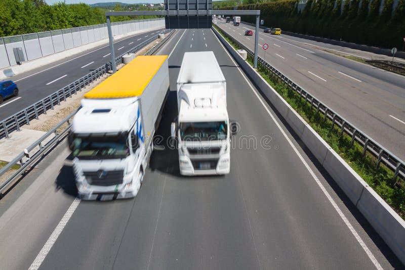 Lastbilen börjar att passera manöver arkivfoto