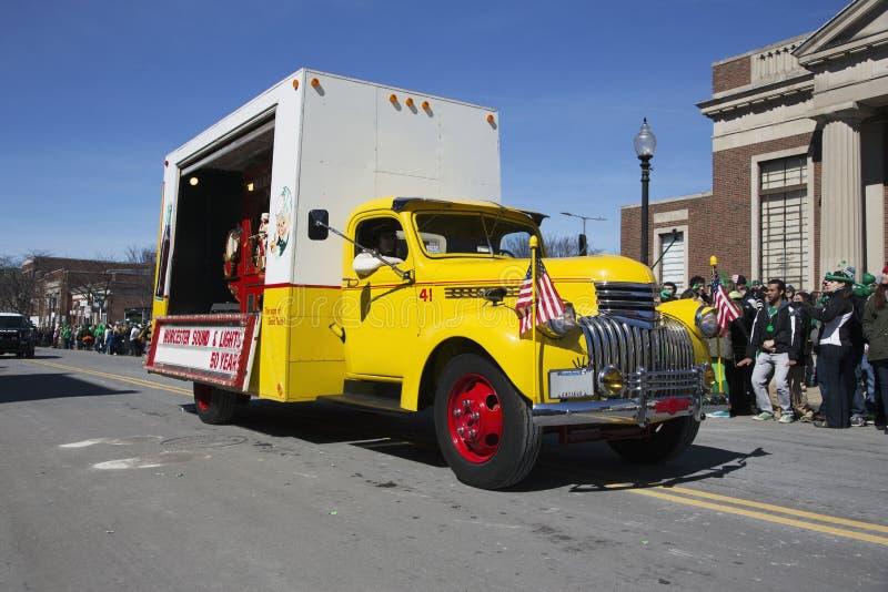 Lastbilen för tappninggulingcola, Sts Patrick dag ståtar, 2014, södra Boston, Massachusetts, USA fotografering för bildbyråer