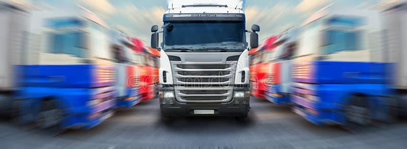 Lastbilen går vidare ranger av lastbilar arkivfoto