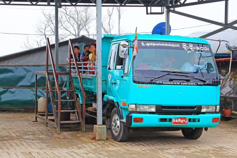 Lastbilen i den Kyaiktiyo pagoden eller guld- vaggar, Myanmar fotografering för bildbyråer