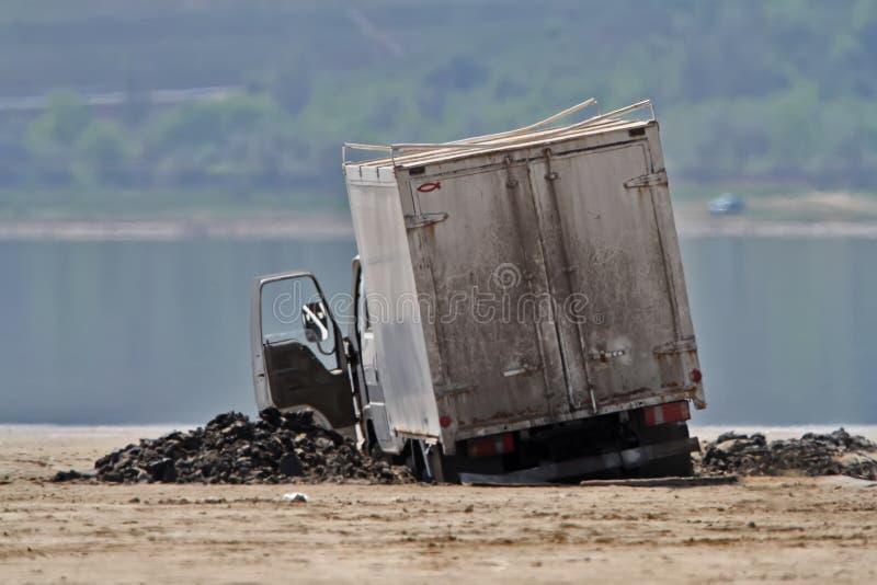 Lastbilen klibbades i gyttjan arkivbilder