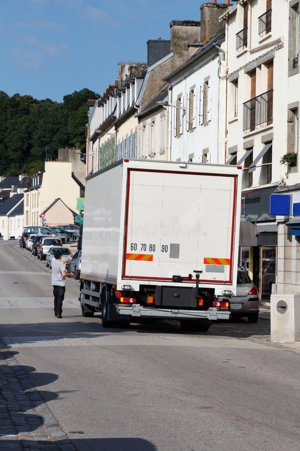 Lastbilen parkerar i en gata i Chateaulin royaltyfri bild