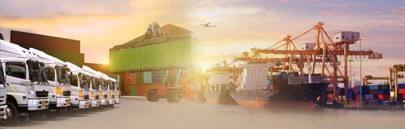 Lastbilflotta med härlig himmel arkivbild