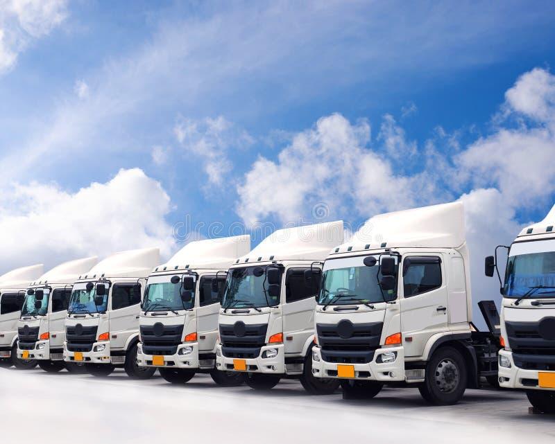 Lastbilflotta parkerar arkivbild
