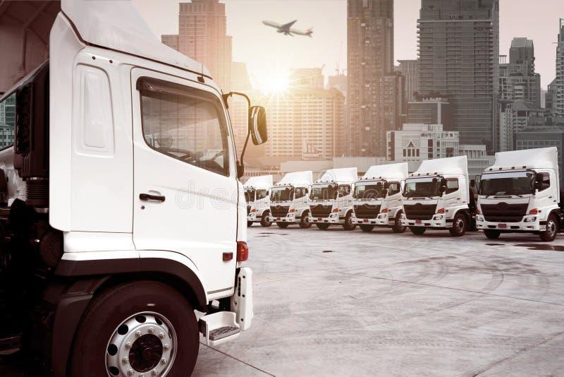 Lastbilflotta parkerar arkivbilder