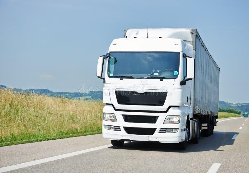 Lastbilflyttning med släpet på gränd royaltyfri fotografi