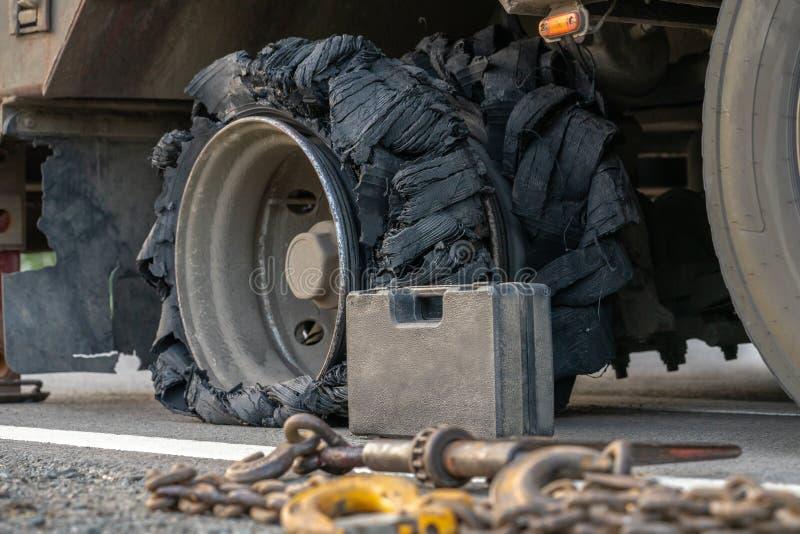 Lastbilgummihjulen bursteds arkivbilder