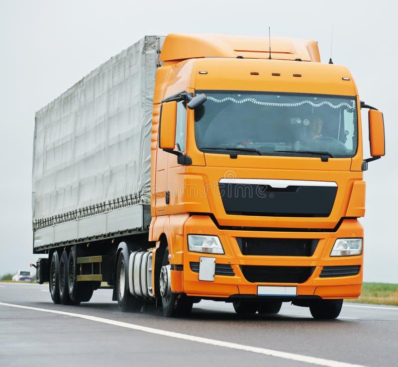 Lastbillastbil på huvudvägvägen royaltyfri bild