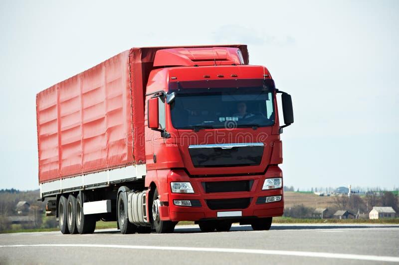 Lastbillastbil på huvudvägvägen royaltyfria foton