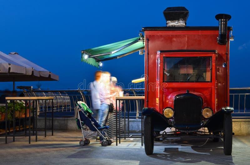 Lastbilmat på nattgatan royaltyfria bilder