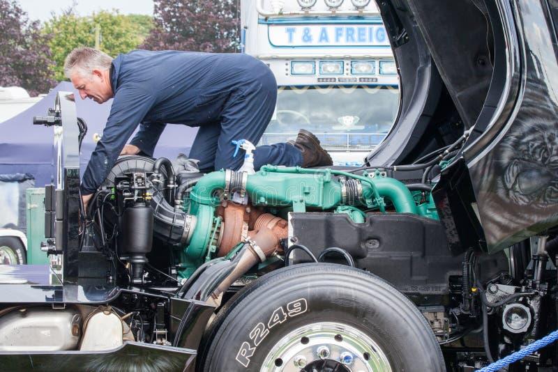 Lastbilmekaniker som arbetar på motorn royaltyfria bilder