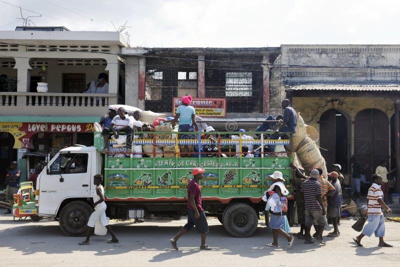 Lastbilpäfyllning i St Marc, Haiti arkivbilder