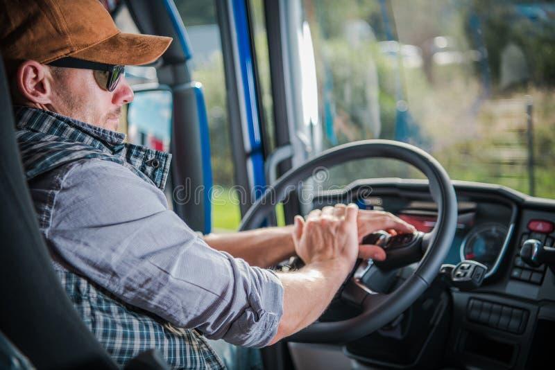 Lastbilsförare i kabinen arkivbilder