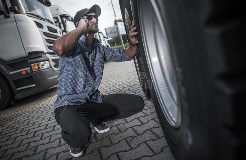 Lastbilsförare som söker efter den nya lastbilen arkivfoton