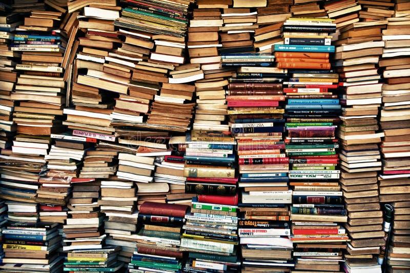 Lasten von Büchern stockbilder