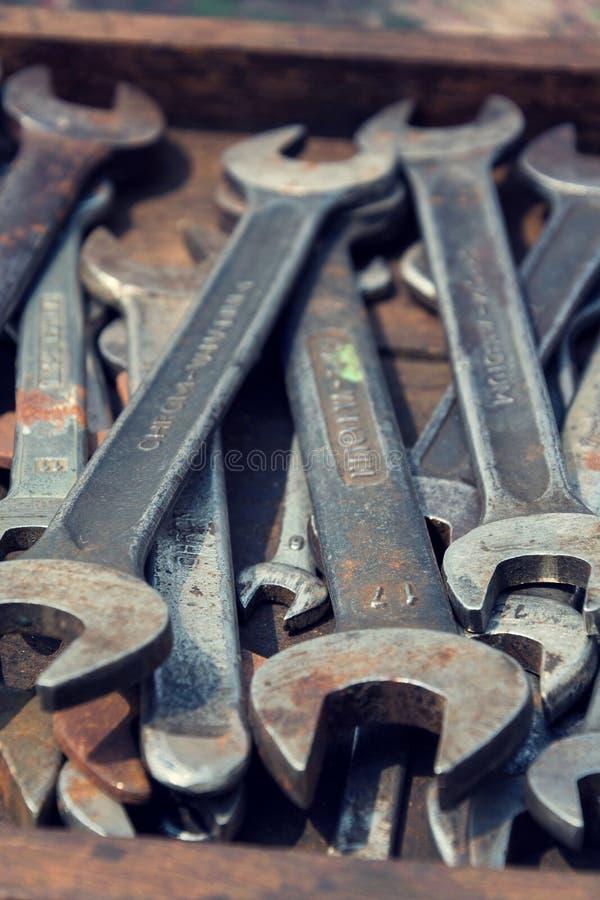 Lasten von Schlüsseln oder von Schlüsseln im hölzernen Fach stockbilder