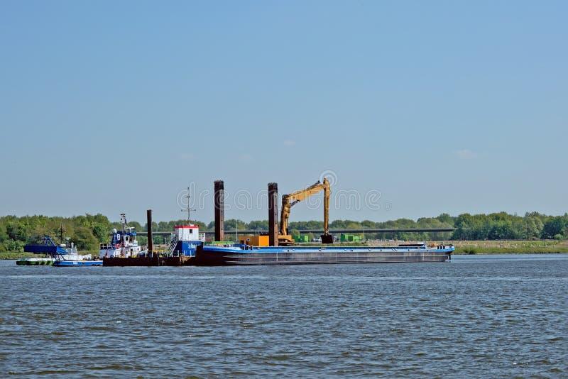Lastfartyg bredvid en plattform i hamnen av Ghent, flanders, Belgien fotografering för bildbyråer