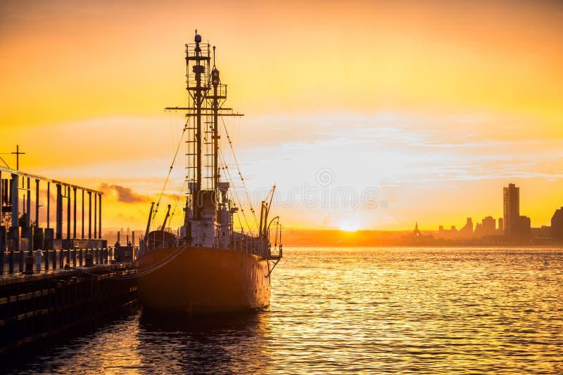 Lastfartyg i hamnen på kommersiell port på solnedgångtid royaltyfri fotografi