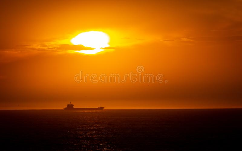 Lastfartyg i horisonten arkivfoton