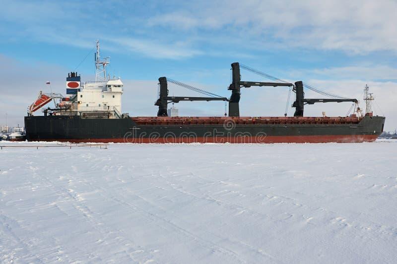 Lastfartyg i isen royaltyfri fotografi