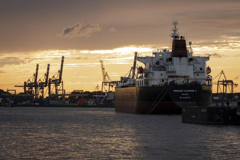 Lastfartyg i Waalhaven Rotterdam royaltyfria foton