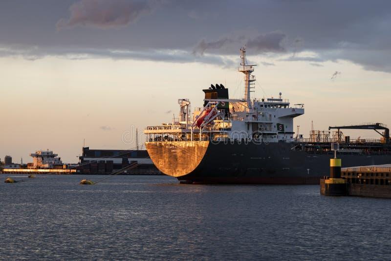 Lastfartyg i Waalhaven Rotterdam arkivbilder
