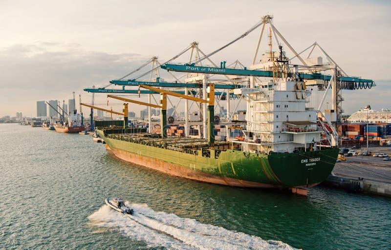 Lastfartyg med kranar i havsport Maritim behållareport eller terminal Sändning frakt, logistik, varor royaltyfria foton