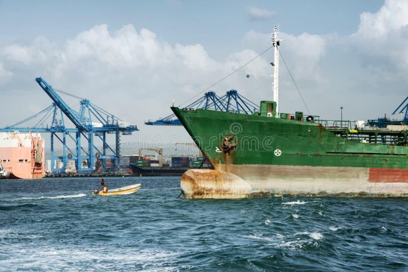 Lastfartyg och den stora hamnen sträcker på halsen på den kommersiella porten av Panama City arkivbild