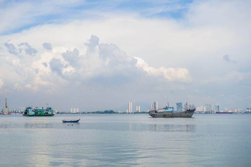 Lastfartyg och färja nära porten i Penang, Malaysia royaltyfri foto