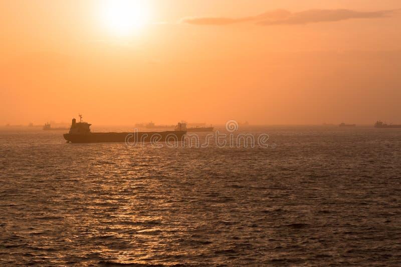 Lastfartyg på ankrar royaltyfria foton