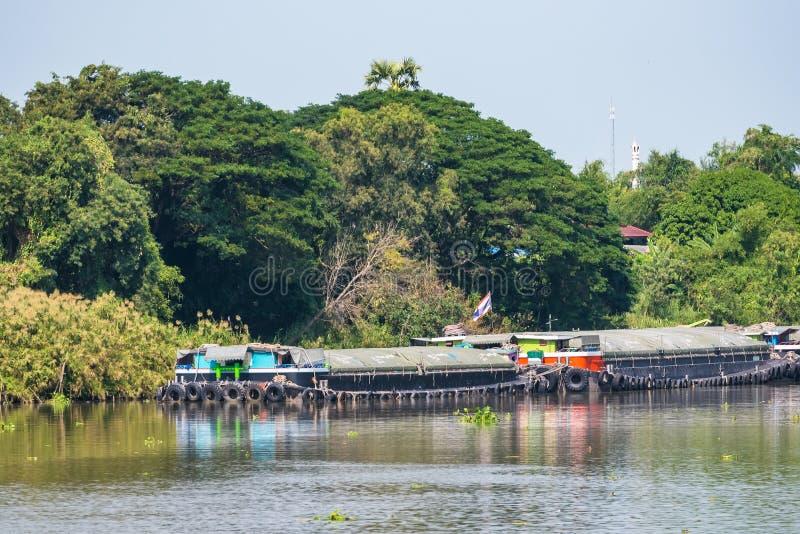 Lastfartyg på chaoen Phraya River i Thailand arkivfoton