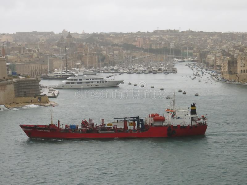 Lastfartyg på port av Valletta royaltyfria bilder