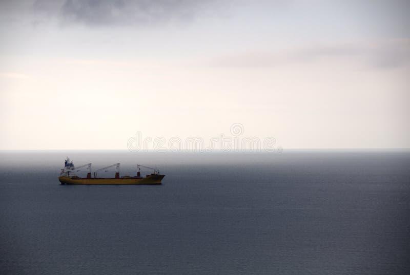 Lastfartyg som ankras på havet royaltyfri fotografi