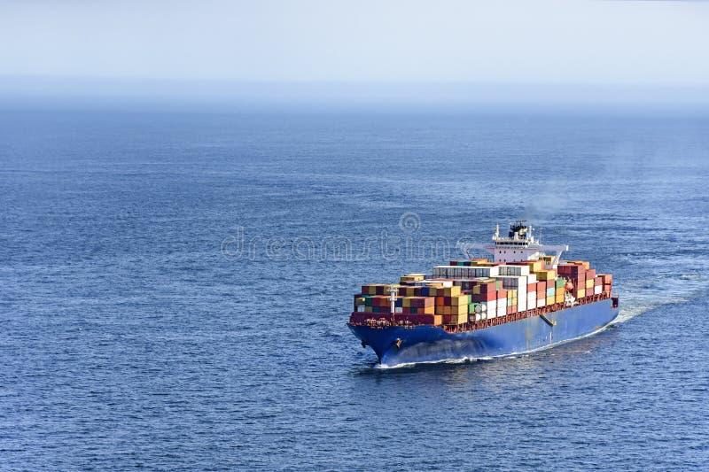 Lastfartyg som bär flera behållare royaltyfri bild