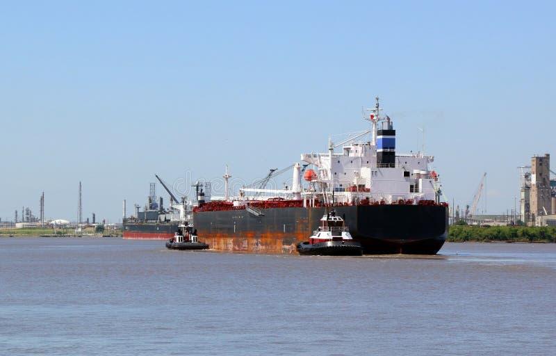 Lastfartyg som in kommer att port royaltyfri fotografi
