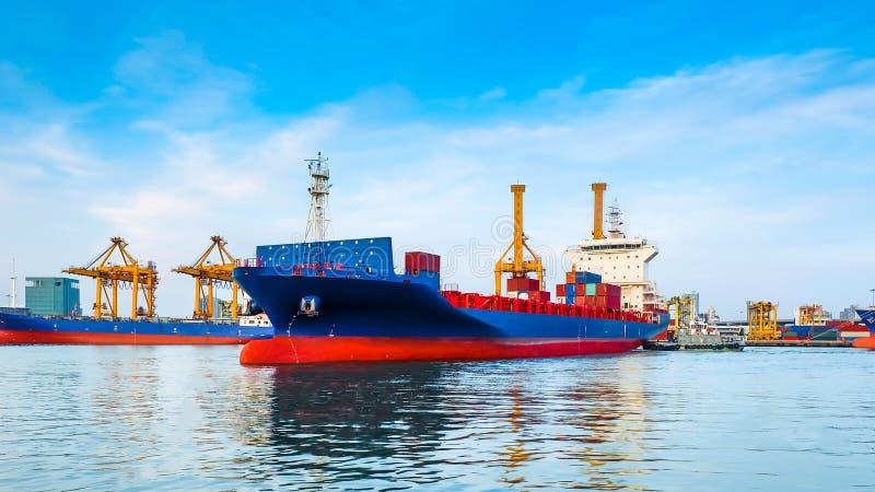 Lastfartyg som lämnar porten royaltyfri foto