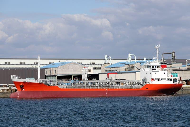 Lastfartyg som laddas med frakter royaltyfria bilder