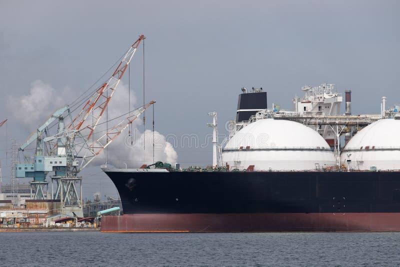 Lastfartyg som laddas med frakter fotografering för bildbyråer