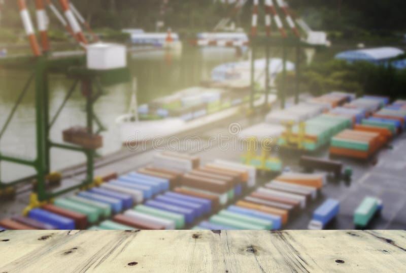 Lastfartyg som lastar av behållaren på port, solnedgångtid royaltyfri bild