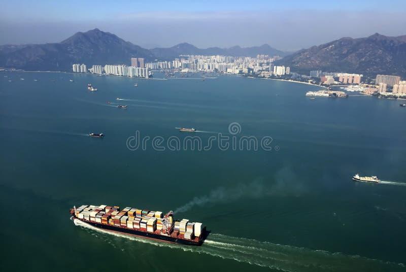 Lastfartyg som skriver in en av de mest upptagna portarna i världen, Hong Kong fotografering för bildbyråer