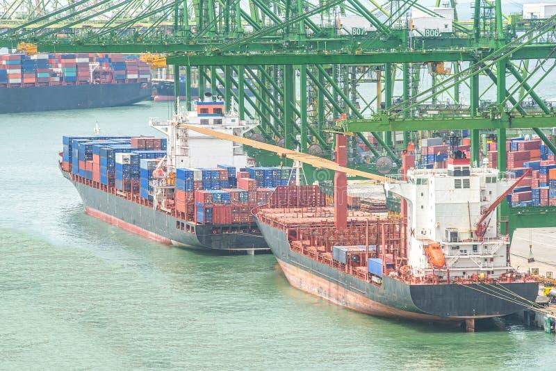 Lastfartyg som skriver in en av de mest upptagna portarna i världen, synd royaltyfria bilder