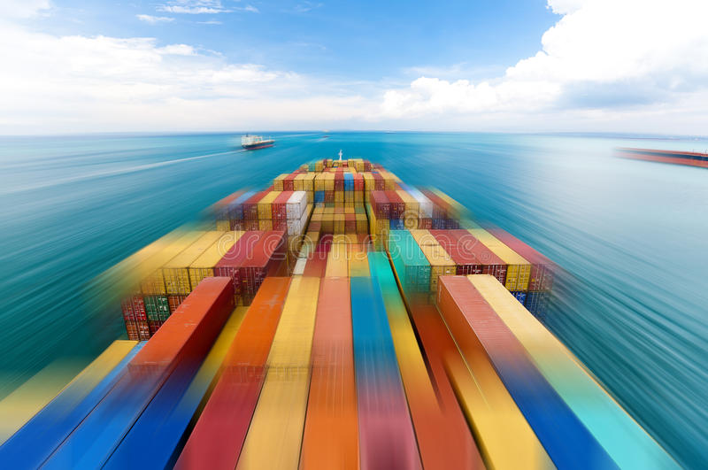 Lastfartyg som skriver in port i Singapore royaltyfri bild