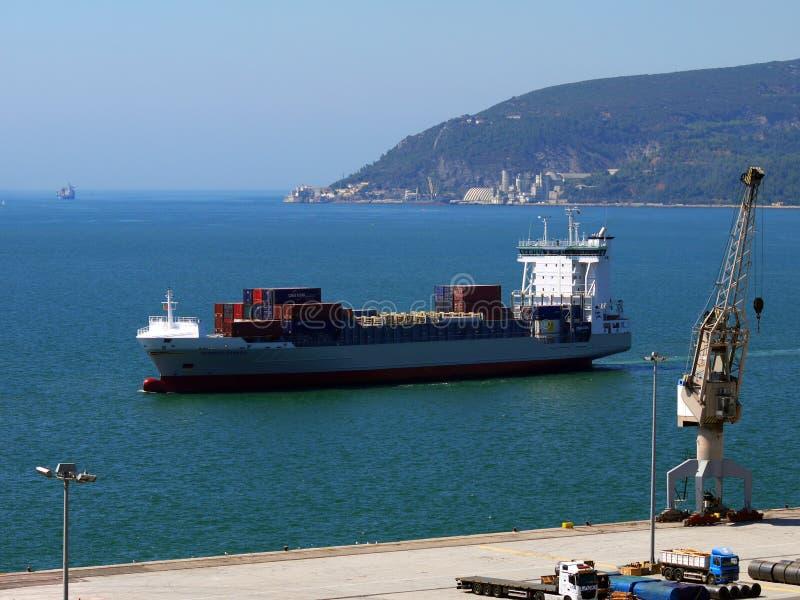 Lastfartygankomst till port arkivbild