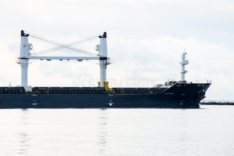 Lastfartyget lämnar port att segla bort royaltyfri foto