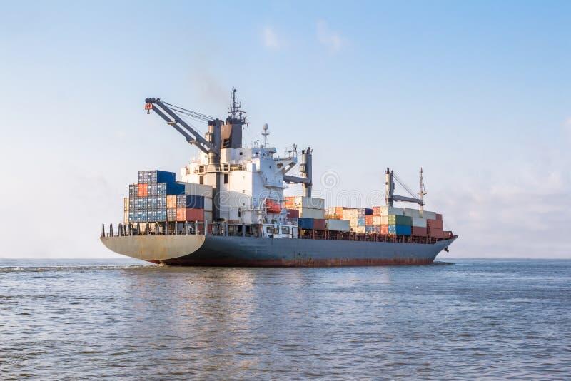Lastfartyget seglar till havet för att transportera last i behållare Logistik och trans. av internationalen royaltyfria foton