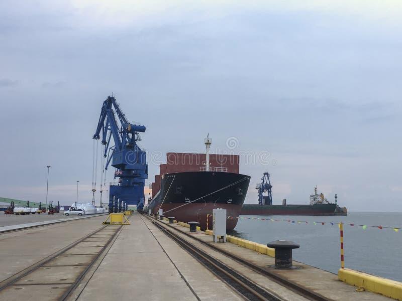 Lastfartygpäfyllningsgods i stora partier arkivbild