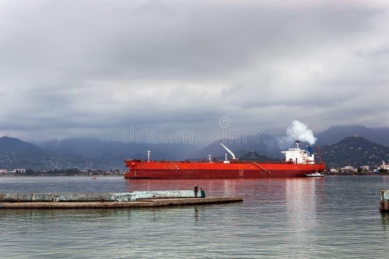 Lastfartygsegling i lugnt vatten nära port av Batumi fotografering för bildbyråer