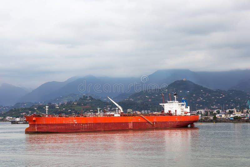 Lastfartygsegling i lugnt vatten nära port av Batumi arkivbilder