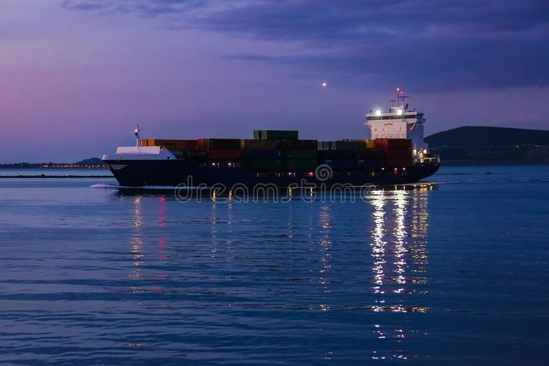 Lastfartygsegling på natten fotografering för bildbyråer